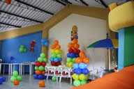 Salon decorado con globos